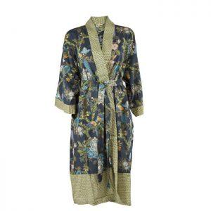 Unik kimono fra Bahne Inteior. Kimonoen er fremstillet af økologisk bomuld og har et smukt mønster. Kimonoen er one size.Se mere fra Bahne Interior lige her.