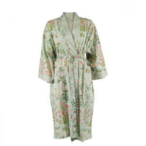 Smuk kimono fra Bahne Inteior. Kimonoen er fremstillet af økologisk bomuld og har et smukt blomstret mønster. Kimonoen er one size.Se mere fra Bahne Interior lige her.