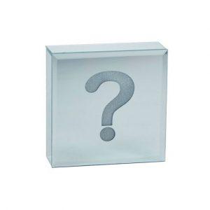 """Sjov boks med LED lys og motiv """"?"""" fra Bahne Interior. Lavet i glas.Brug boksen som en skøn tilføjelse i hjemmet - i entreen"""