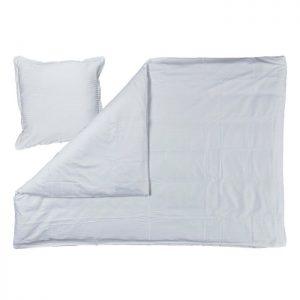 Hvidt sengesæt fra Bahne Interior fremstillet i 100 % økologisk bomuld.Mål: 220x140 cm.