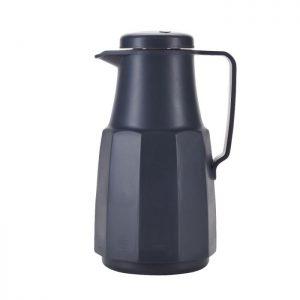 Grå kaffekande fremstillet i PP plast og glas. Kanden er perfekt både i hjemmet til severing for gæsterne eller nem at tage med dig.Se det store udvalg af køkkentilbehør fra Bahne Interiorher.