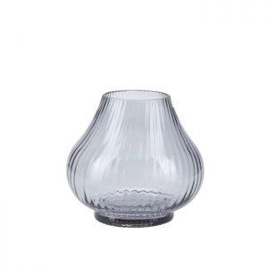 Vase i glas fra Bahne Interior i en flot grålig nuance. Glasvasen har fine detaljer og en anderledes kurvet form