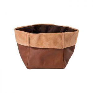 Skøn brødpose fremstillet i cognacfarvet læder. Server brødet til familien og jeres gæster i denne lækre brødpose der kun bliver pænere med tiden som læderet ældes.Den måler 15 x 15 cm.