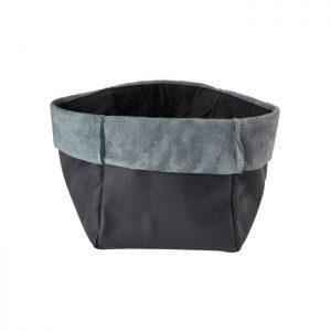 Skøn brødpose fremstillet i læder. Server brødet til familien og jeres gæster i denne lækre brødpose der kun bliver pænere med tiden som læderet ældes.Den måler 15 x 15 cm.