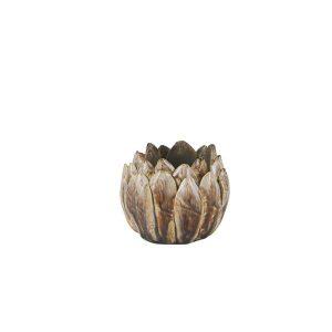 Skøn lysestage med brune detaljer. Stagen vil passe smukt ind i et hjørne med en samling af stager eller på sofabordet.Måler 9 x 9 x 8 cm.