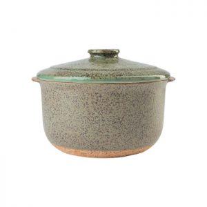 Skønt ovnfast fad i keramik fra Bahne Interior. Det har fine og særlige detaljer
