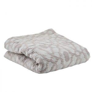 Fint enkelt sengetæppe fra Bahne Interior i en smuk grå farve. Sengetæppet vil pynte i soveværelset og kan sættes sammen med en matchende fin pude. Tæppet er lavet på lækker blød økologisk bomuld og er derfor af en høj kvalitet.Sengetæppet måler: 200x260cm.