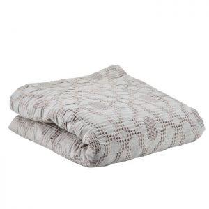 Fint enkelt sengetæppe fra Bahne Interior i en smuk grå farve. Sengetæppet vil pynte i soveværelset og kan sættes sammen med en matchende fin pude. Tæppet er lavet på lækker blød økologisk bomuld og er derfor af en høj kvalitet.Sengetæppet måler: 260x260cm.