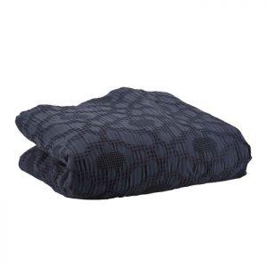 Fint enkelt sengetæppe fra Bahne Interior i en smuk navyblå farve. Sengetæppet vil pynte i soveværelset og kan sættes sammen med en matchende fin pude. Tæppet er lavet på lækker blød økologisk bomuld og er derfor af en høj kvalitet.Sengetæppet måler: 150x260cm.
