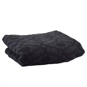 Fint enkelt sengetæppe fra Bahne Interior i en tidsløs sort farve. Sengetæppet vil pynte i soveværelset og kan sættes sammen med en matchende fin pude. Tæppet er lavet på lækker blød økologisk bomuld og er derfor af en høj kvalitet.Sengetæppet måler: 260x260cm.