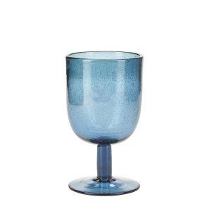 Skønt vinglas med fine detaljer som gør at hvert glas er unikt.Fås i flere farver og passer til vandglassene og vandkanderne fra samme serie.